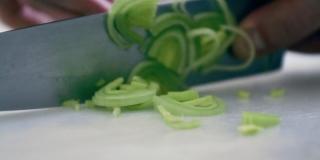 Como limpar e cortar Alho Poró