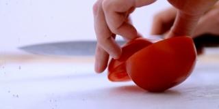 Como Limpar e Cortar um Tomate
