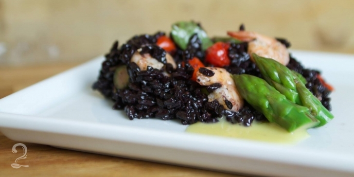 Receita de Salada de Arroz Negro com Aspargos e Camarões (por Flávia Quaresma) em vídeo | Gourmet a Dois