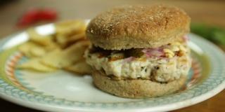 Hambúrguer de Atum com Maionese de Limão Siciliano