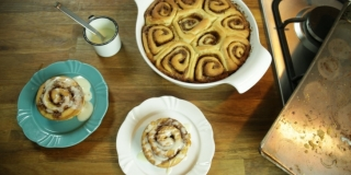 Cinnamon Rolls | Rosca de Canela com Calda de Cream Cheese