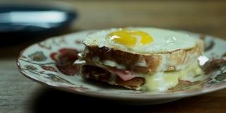 Como Fazer Croque Madame - Sanduíche Francês de Ovo, Presunto e Molho Branco