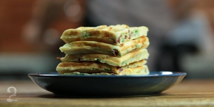 Receita de Waffle de Queijo com Bacon Fácil e Super Gostoso em vídeo | Gourmet a Dois