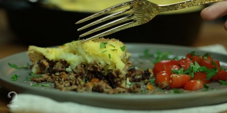 Receita de Shepherd's Pie - Escondidinho de Carne e Bacon com Purê de Batata Especial | Como fazer em vídeo