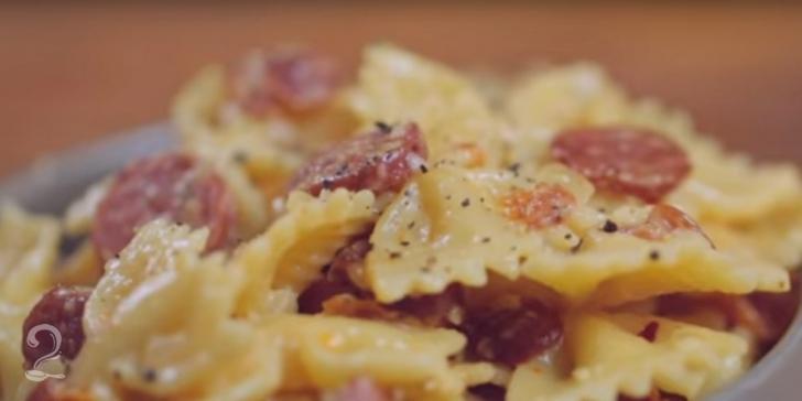 Receita de Como Fazer Macarrão com Linguiça Calabresa - Macarronada com Linguiça em vídeo | Gourmet a Dois
