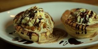 Cone de Churros com Calda de Maçãs, Sorvete e Calda de Chocolate
