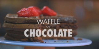 Waffle de Chocolate com Pedaços de Chocolate e Morango