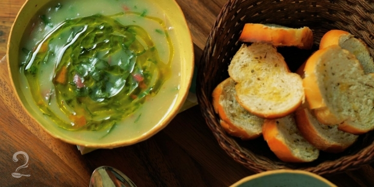 Receita de Como fazer o CALDO VERDE mais gostoso do mundo! (COM CREME DE BATATA) em vídeo | Gourmet a Dois