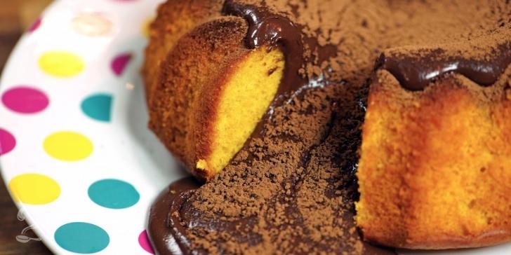Receita de Bolo de Cenoura VULCÃO (Com muita calda de CHOCOLATE!) em vídeo | Gourmet a Dois
