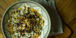 Arroz de Natal com Lentilha e Cebola Caramelizada (Mjadra)